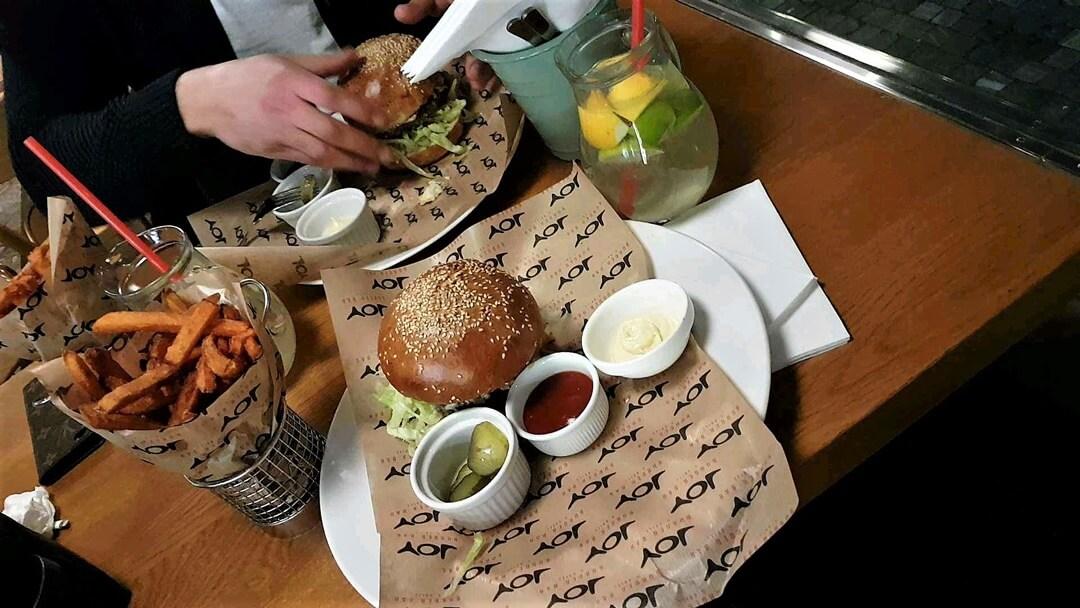 Prag_Prague_travel_reise_sightseeing_food_essen_burger_joy_süßkartoffeln