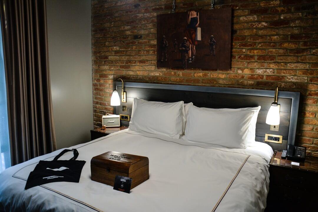 The Curtain Hotel London - Zimmer mit der Men Expert Willkommens Holzkiste