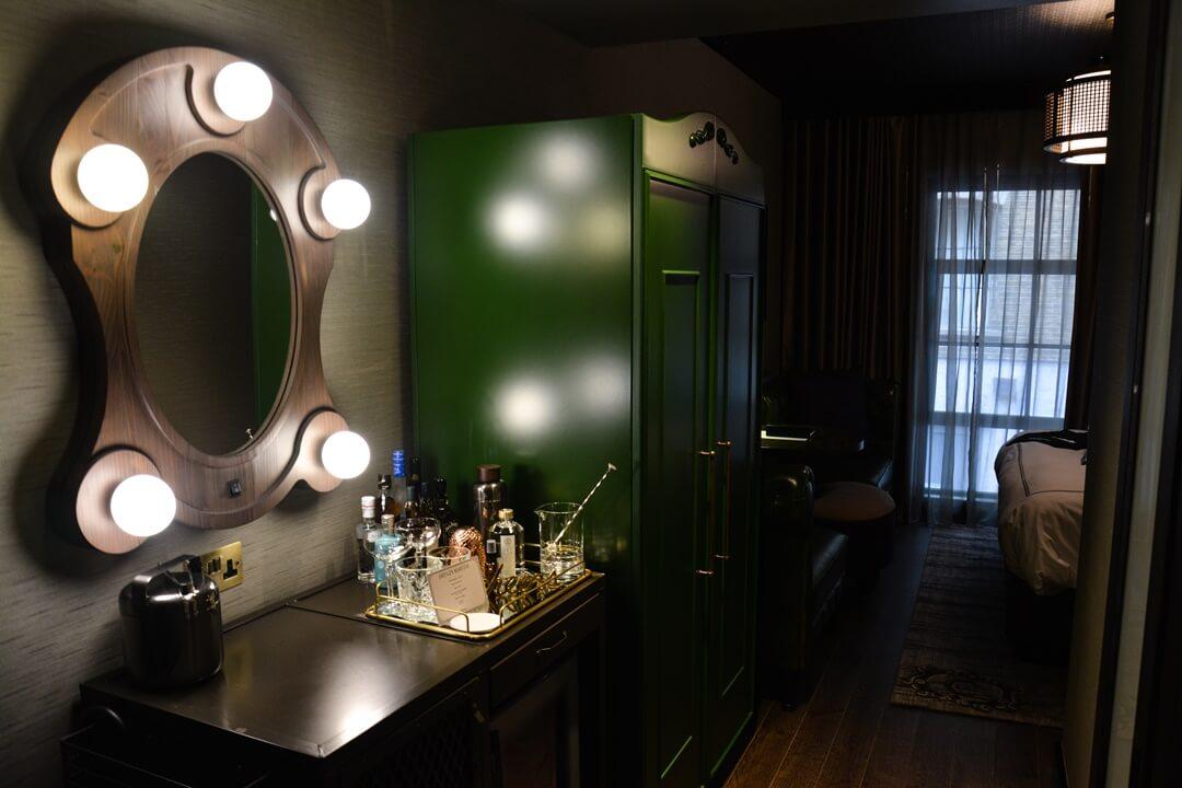 Bar, Spiegel und Schrank im Zimmer