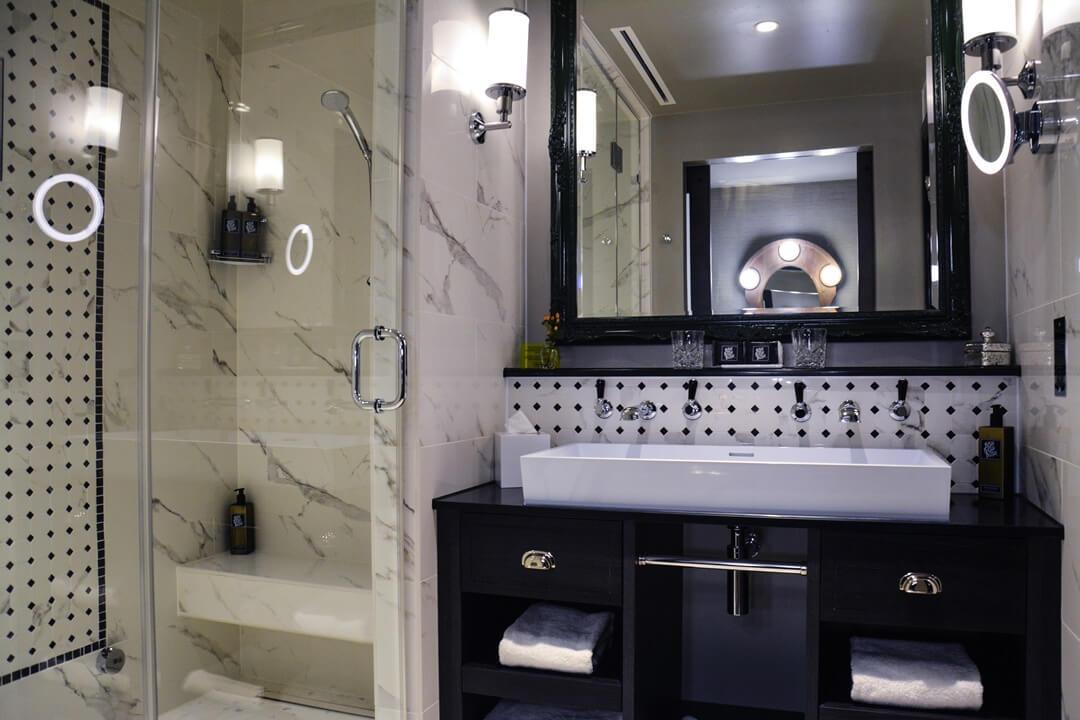 Badezimmer mit Marmorstein