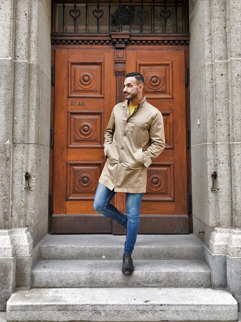 Casual Chich: beiger Trenchcoat mit einer Jeans kombiniert von Enis