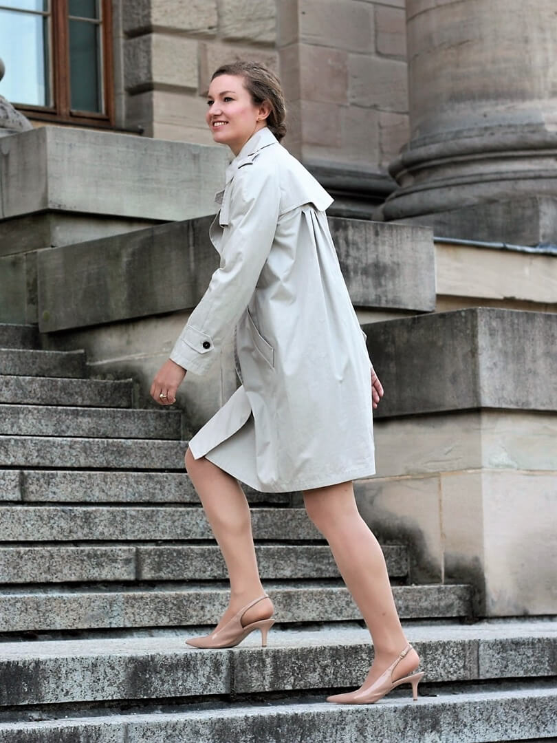 Der Trenchcoat eignet sich für Sie auch fürs Büro Outfit wie hier bei der Jana