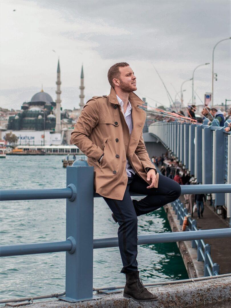 kurzer SUPERDRY Trenchcoat in Istanbul an der Galata Brücke
