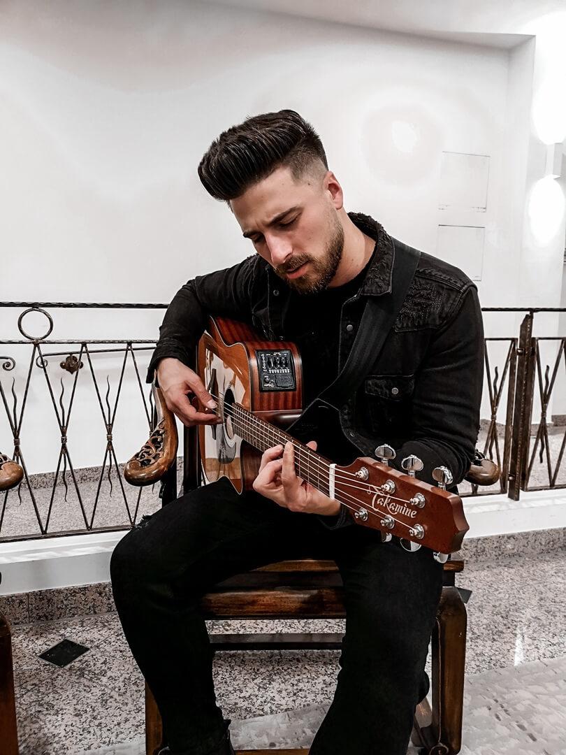 Emre Gitar vor dem Sancak Auftritt in München Isarpost
