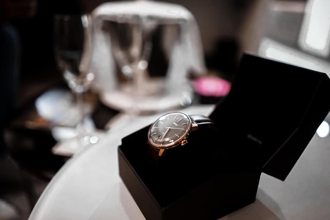 MVMT Arc Automatik Uhr Bourbon Rose in der Uhrenbox