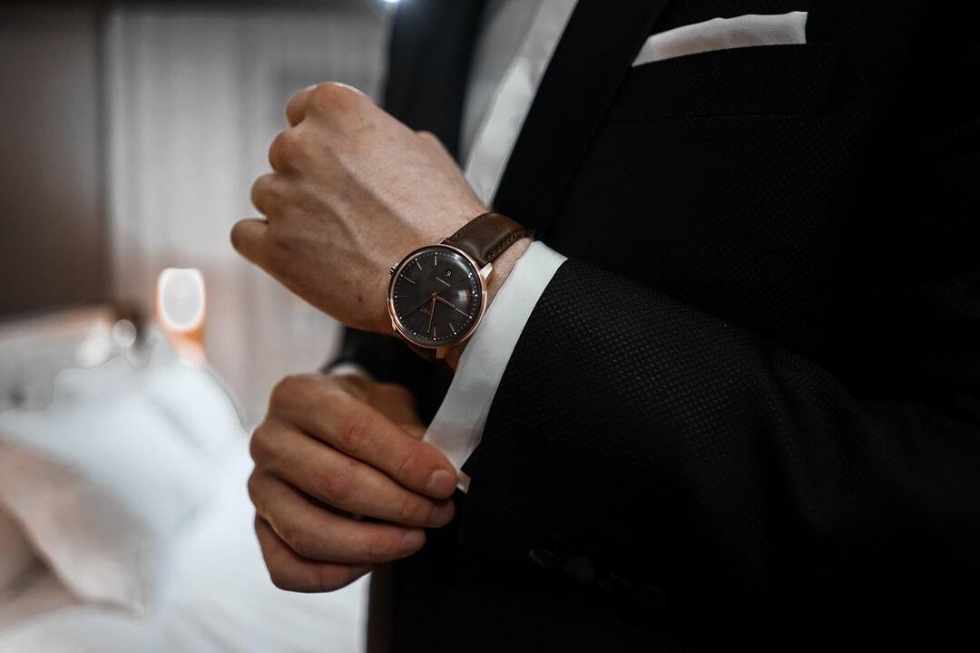 MVMT Arc Automatik Uhr Bourbon Rose sieht am Handgelenk toll aus