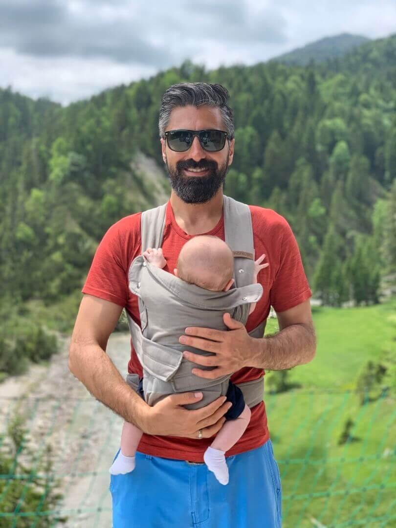 Emrah mit dem Marsupi Breeze Babytrage