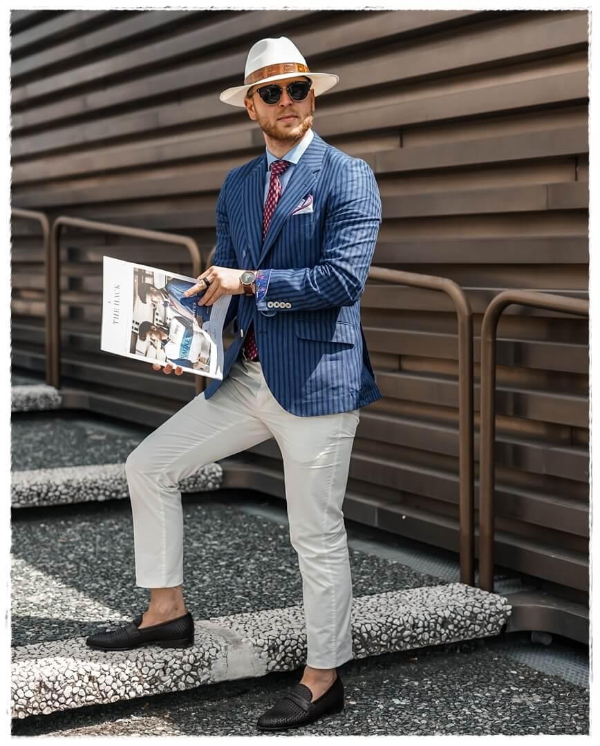 weiße Chino mit blau gestreiftem Leinenjacket