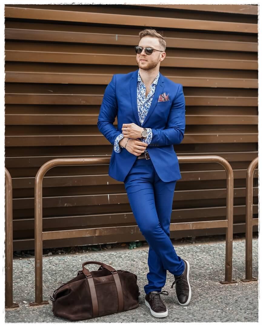 königsblauer Anzug mit braunen Details