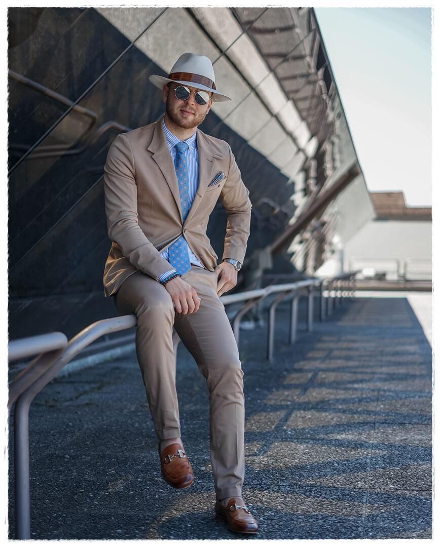 beige Anzug mit hellblauen Details