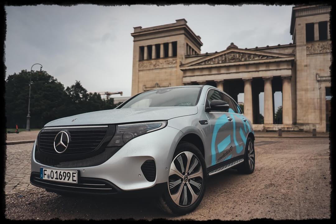 Mercedes Benz EQC 400 Frontansicht am Königsplatz - München