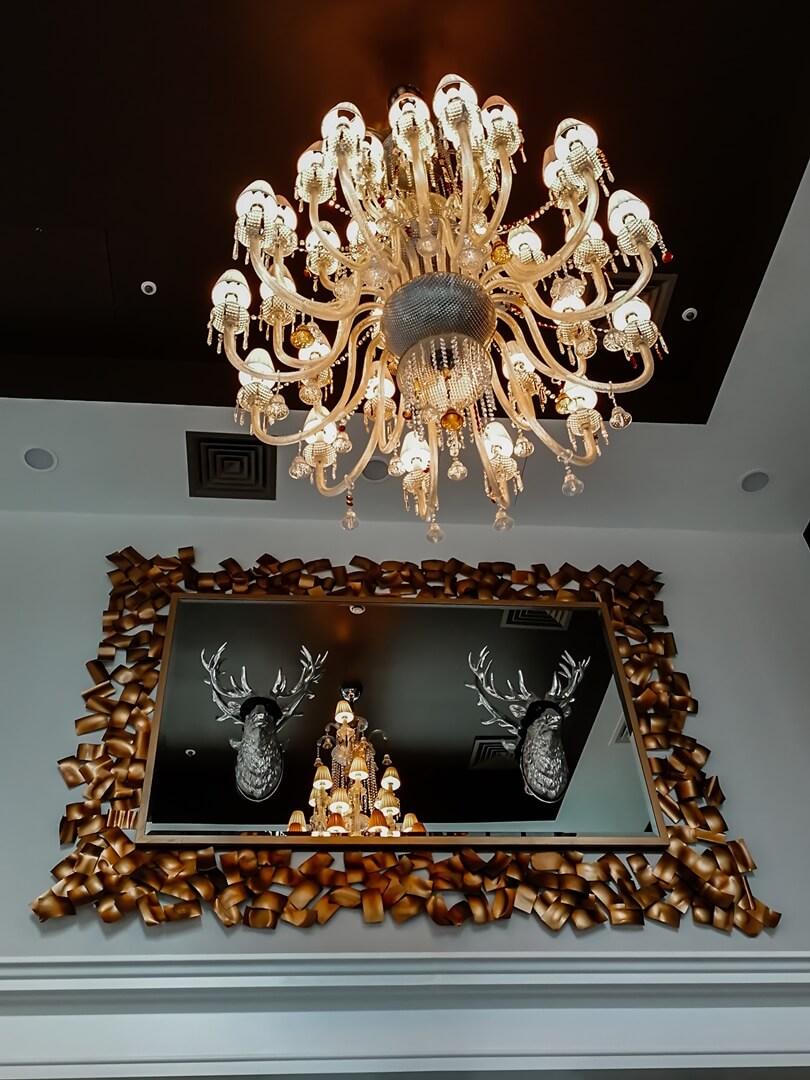 The Curtain Hotel London - Kronleuchte & Spiegel in der Lobby