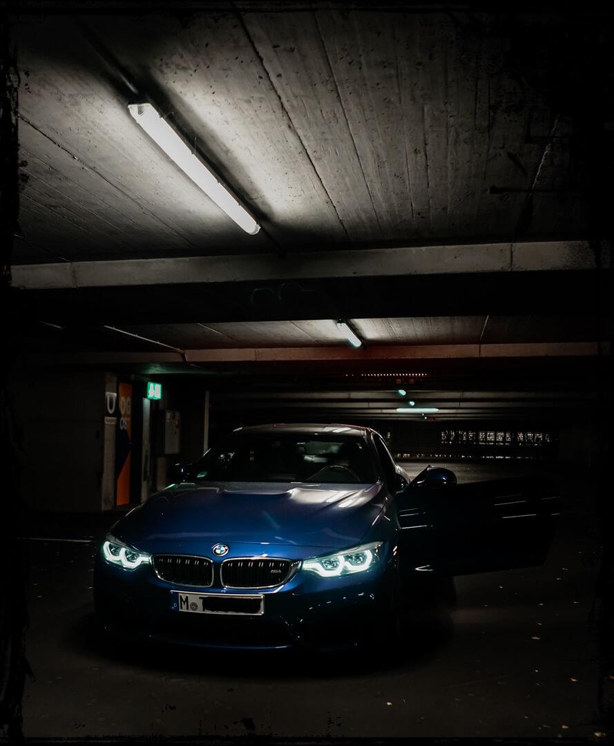 Fotos im Parkhaus des BMW M4 Coupé Frontansicht in München
