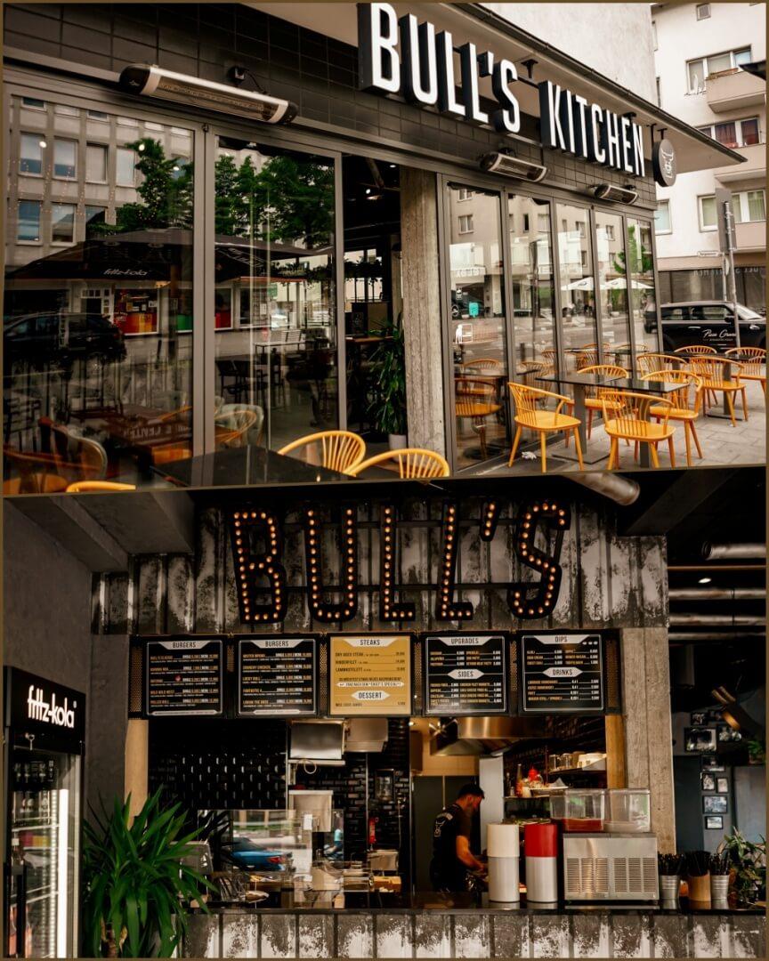 Bull's Kitchen Außentische, Eingang & erster Eindruck