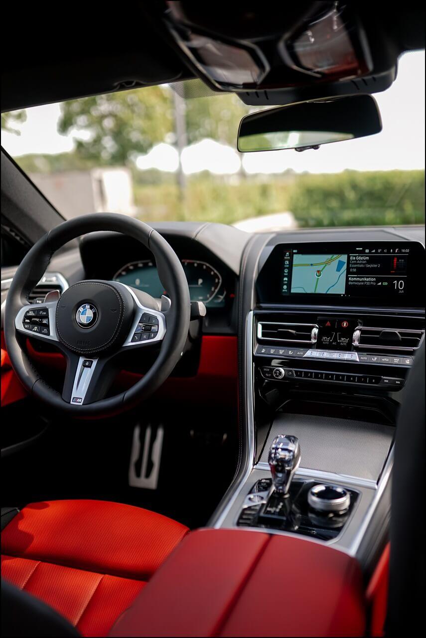 Interieur des 8er BMWs in Individual Lederausstattung in Merino Fionarot-Schwarz