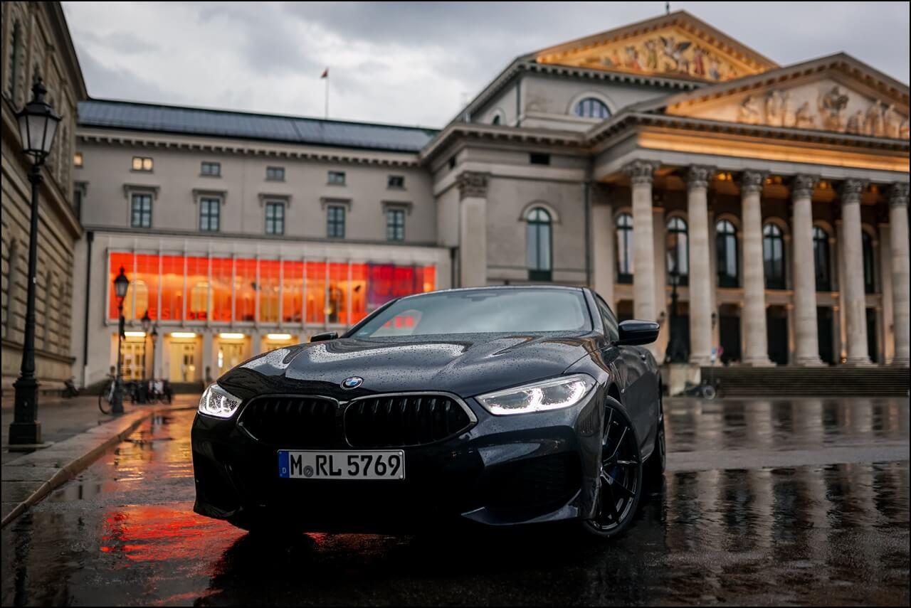 BMW 840i Frontansicht am Opernplatz in München
