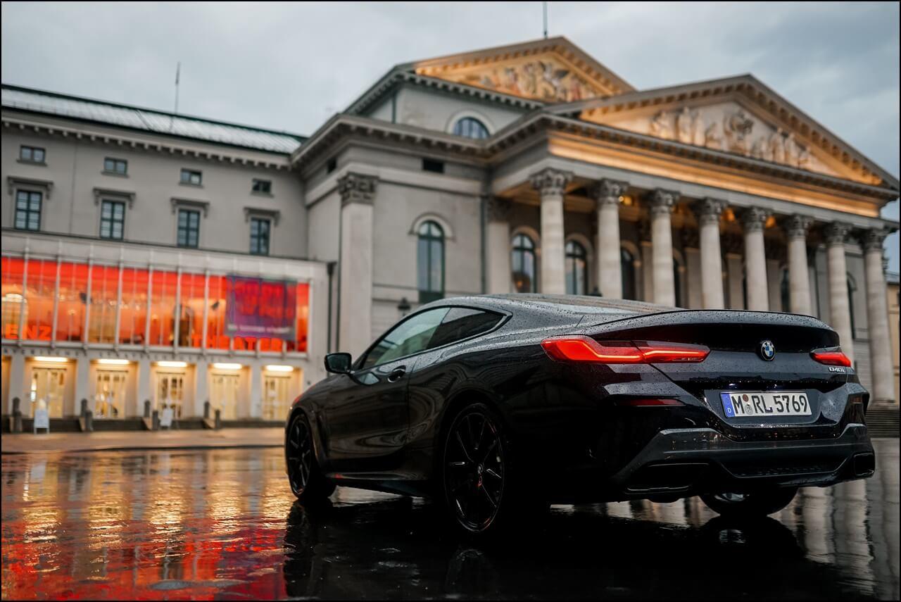 BMW 840i Heckansicht am Opernplatz