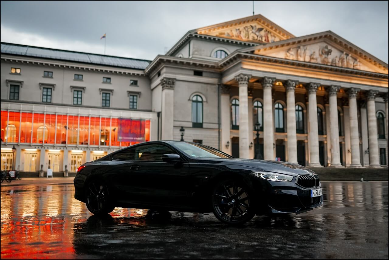 BMW 840i Carbonschwarz Metallic Seitenansicht am Opernplatz in München