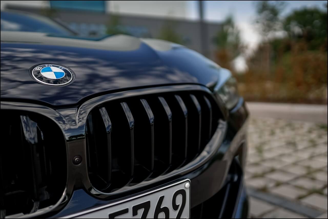BMW Active Air Stream Niere in Shadow Line mit der Frontkamera
