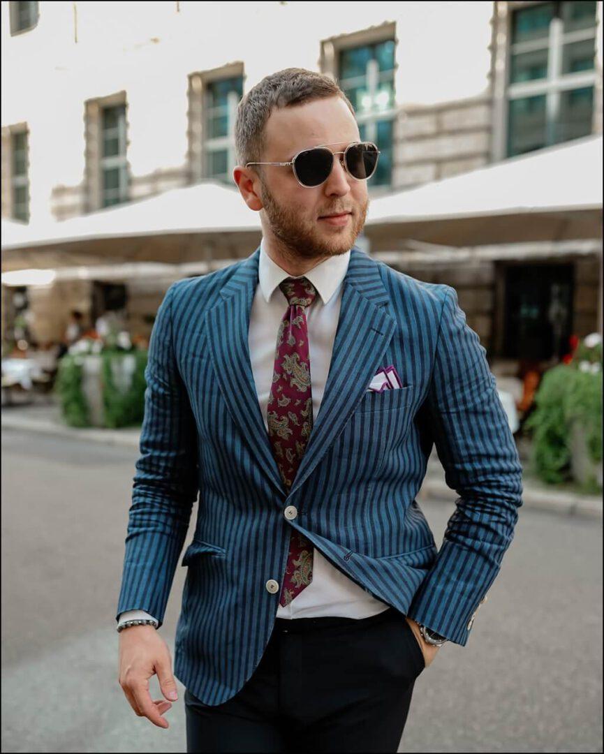 klassischer Stil im Jackett von Hackett London kombiniert mit der CARRERA Sonnenbrille