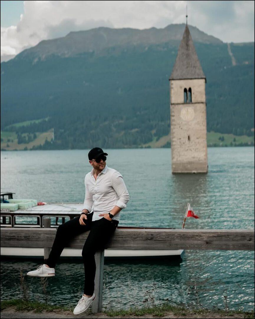Reschensee in Südtirol mit einem Casual Outfit kombiniert mit der DIOR Forerunner Sonnenrbille