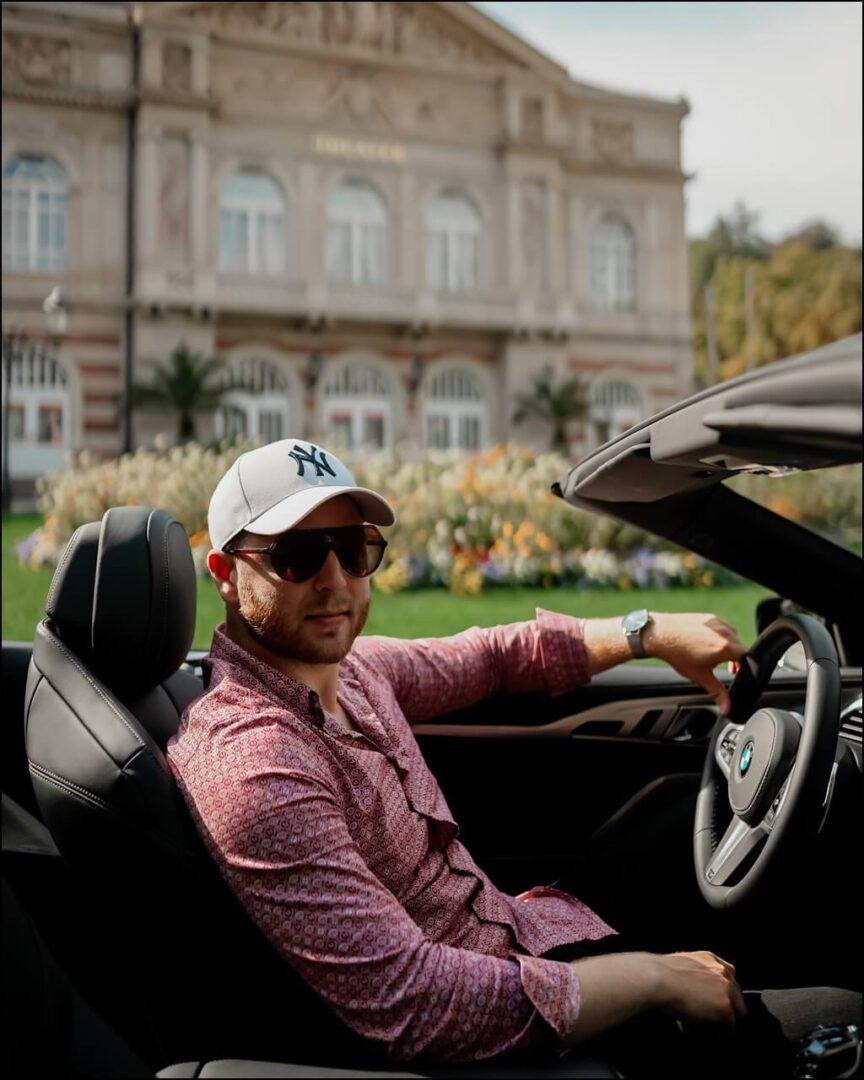 Auch im Herbst lässt sich im Cabrio oben ohne Fahren mit der Fendi Sonnenbrille. Fahrzeug BMW M850i