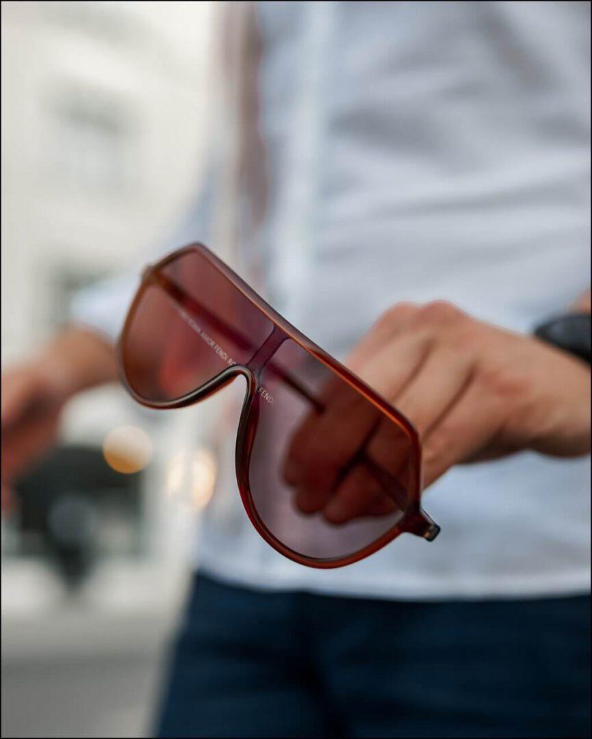 FENDI ROMA Spiegelung in den Gläsern der Sonnenbrille im Herbst Trend 2020 für Herren