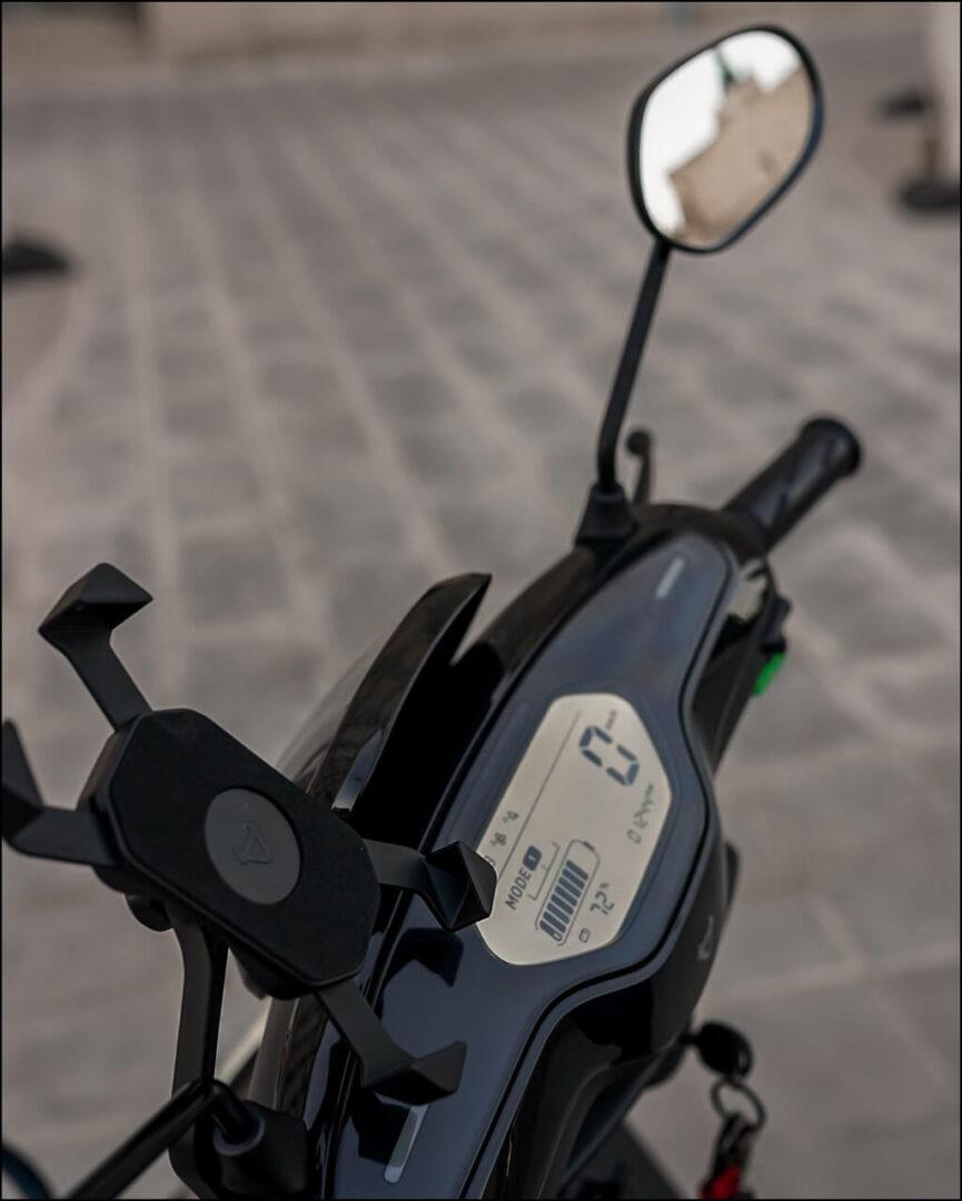NIU Handyhalterung montiert am Roller