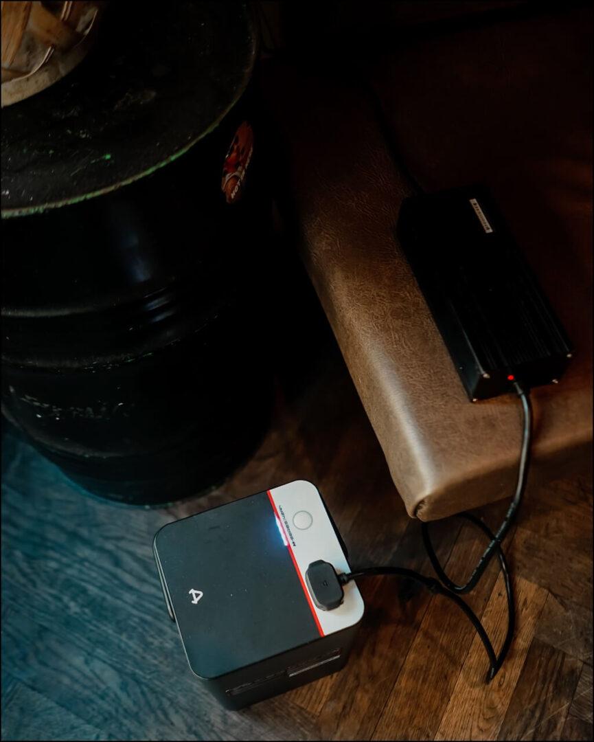 NIU Panasonic Akku am Laden mit dem Ladegerät