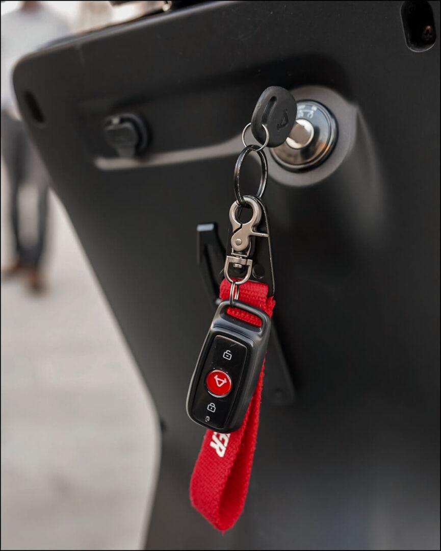 Schlüssel, Fernbedienung und USB-Ladeanschluss am NIU Elektroroller