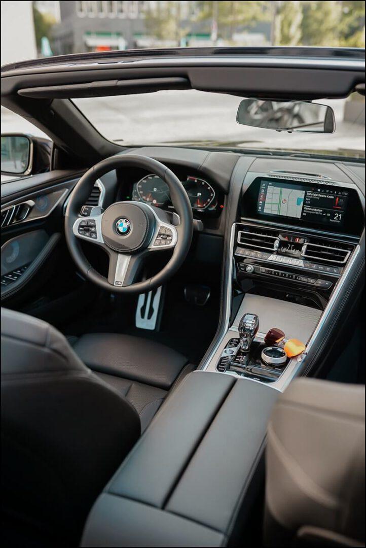 Innenleben des BMW M850i Cabrios mit Aluminiumgewebe und M Sportlenkrad