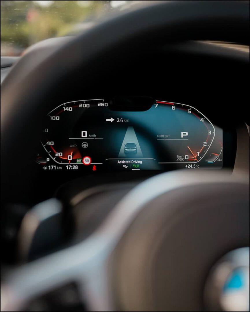 aktivierter Assisted Driving Mode zu erkennen im BMW Live Cockpit Professional