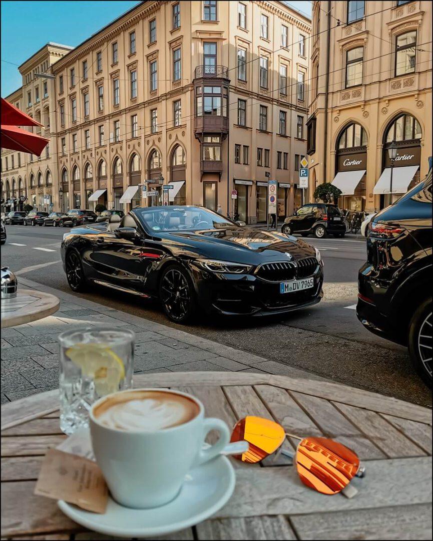 das 8er Cabriolet sorgt für viel Blickfang auf der Maximilianstraße in München