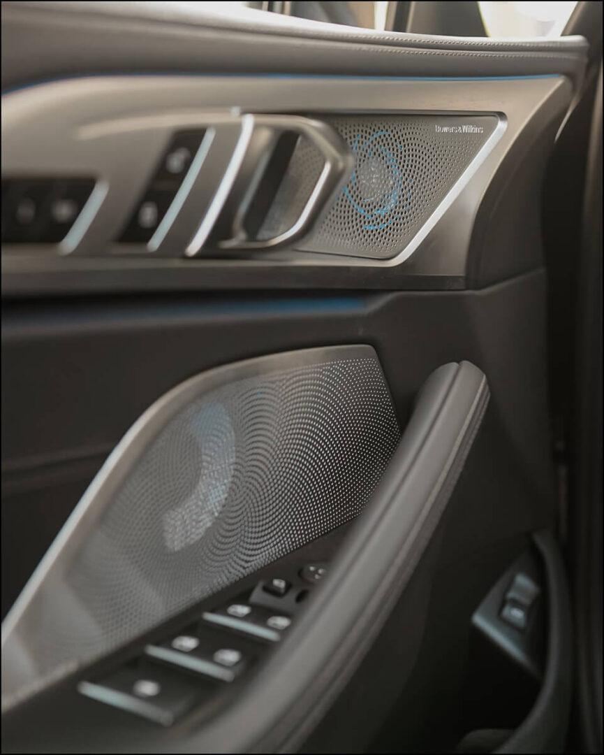 beleuchtete Bowers & Wilkins Lautsprecher mit Edelstahlabdeckung ein weiteres Highlight im BMW 8er Cabrio