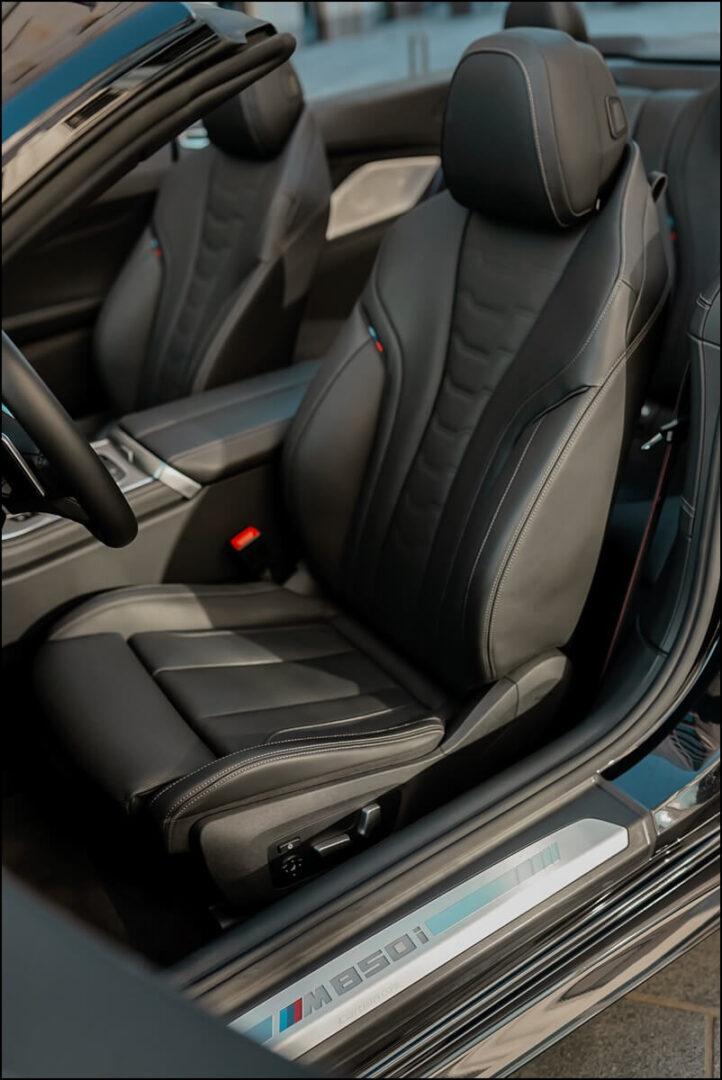BMW M Sportsitze und Einstiegsleiste mit M850i Schriftzug im 8er Cabriolet
