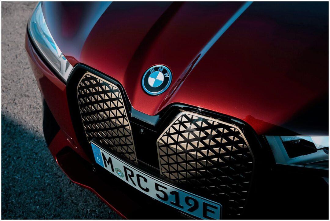 BMW Logo mit blauen BMW i Akzenten