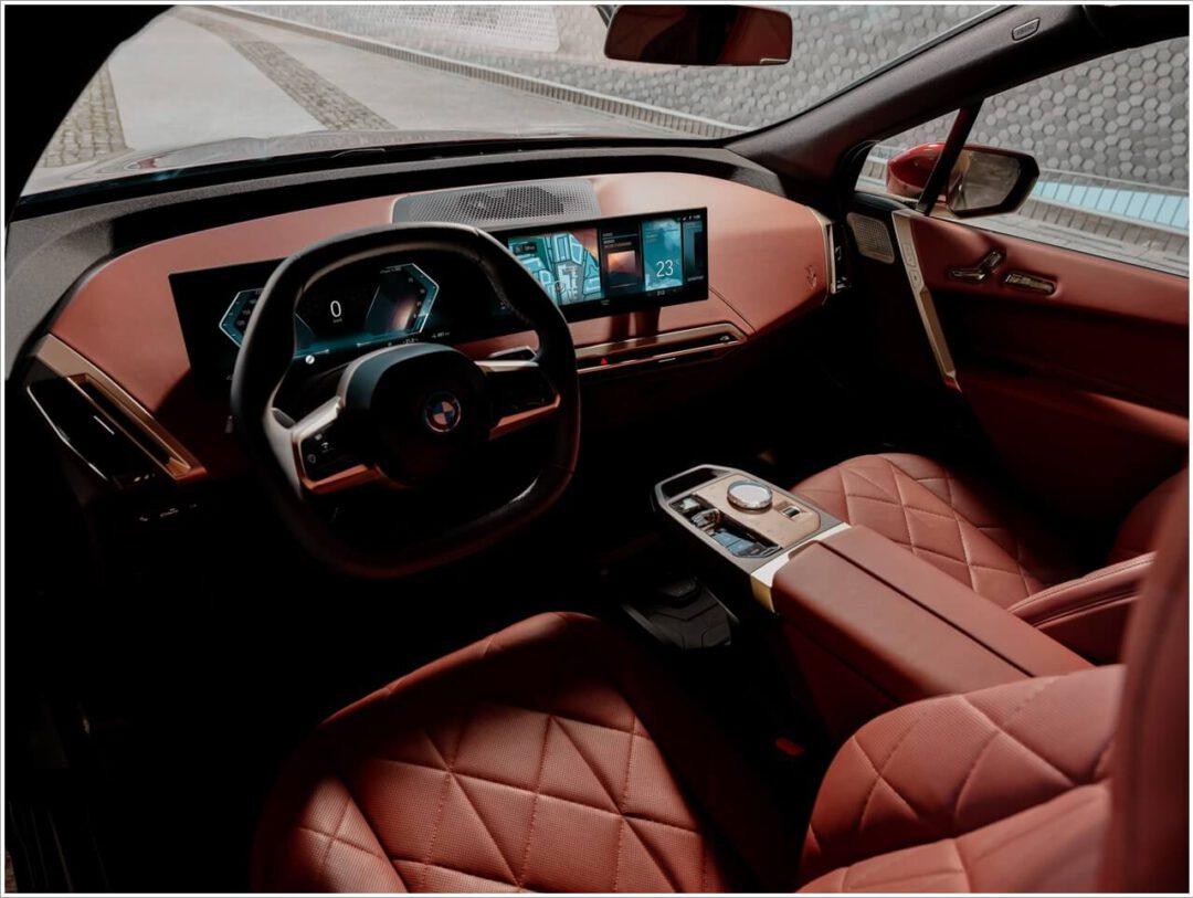 Neues Innenleben Design im BMW iX unter anderem mit dem hexagonalen Lenkrad oder dem BMW Curved Display