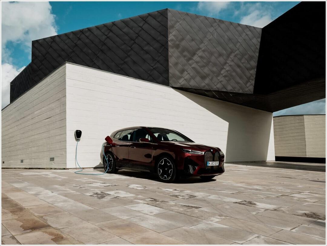 BMW iX mit Sportpaket an der Ladesäule
