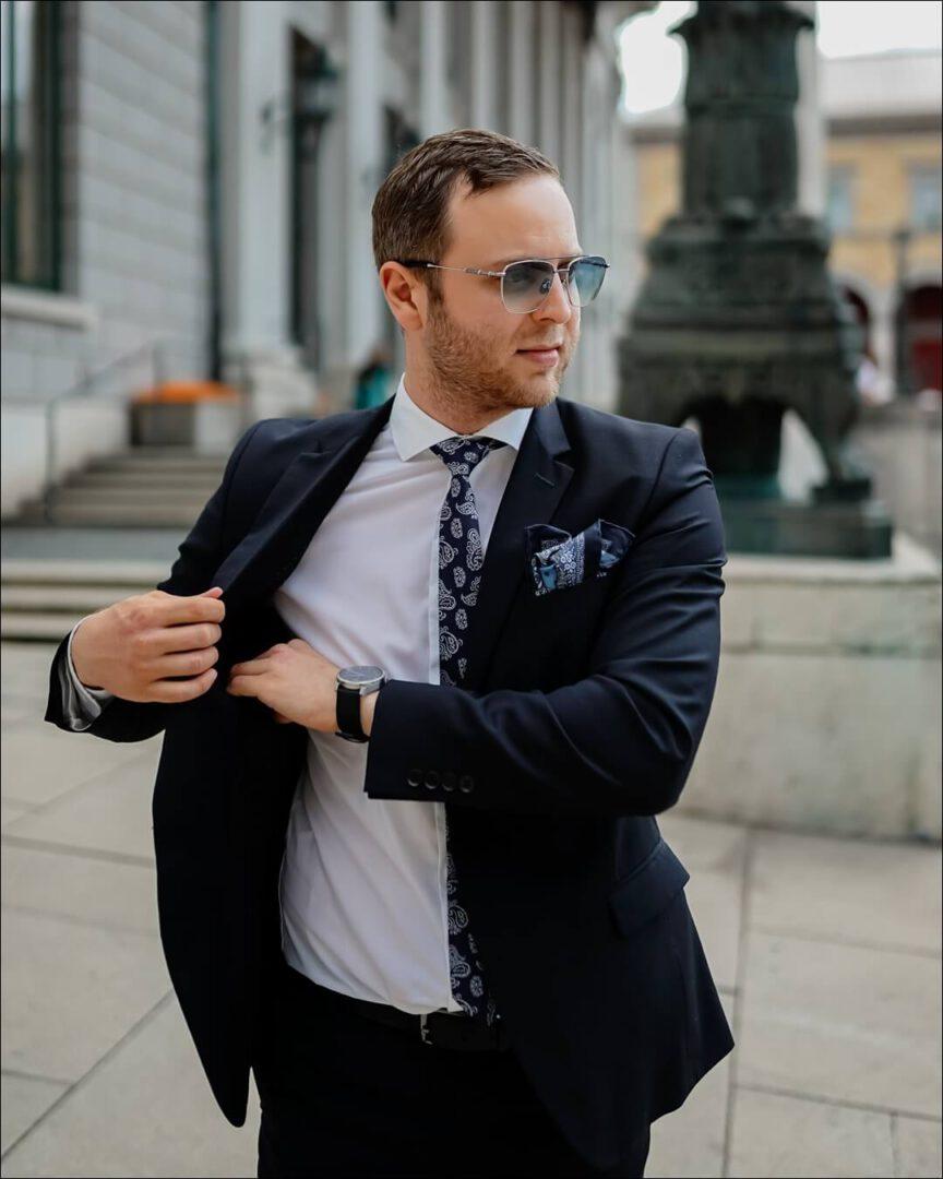 EYO Dan Dombrowe 03 kombiniert mit einem Anzug