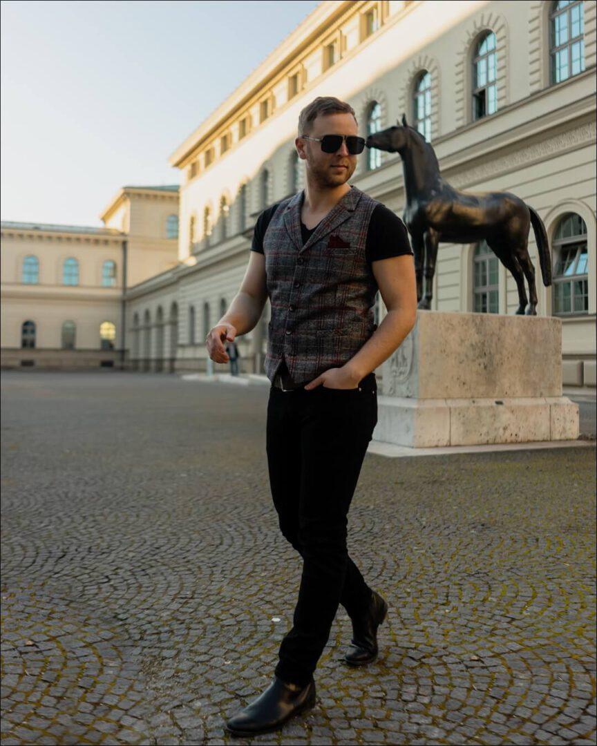 Carrera Sonnenbrille und Outfit All Black mit einer Weste