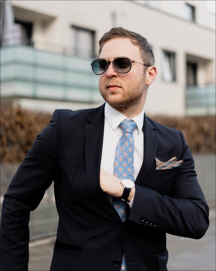 BOSS Sonnenbrille kombiniert mit einem Anzug