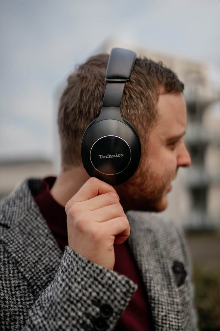 Seitenansicht der Over-Ear Hybrid Noise Cancelling Technics F70N Kopfhörer