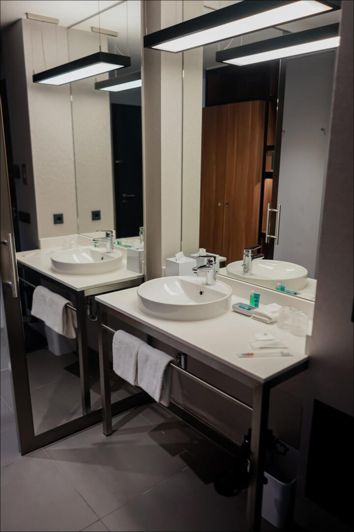 Badezimmer mit großen Spiegeln und Badartikel im Zimmer