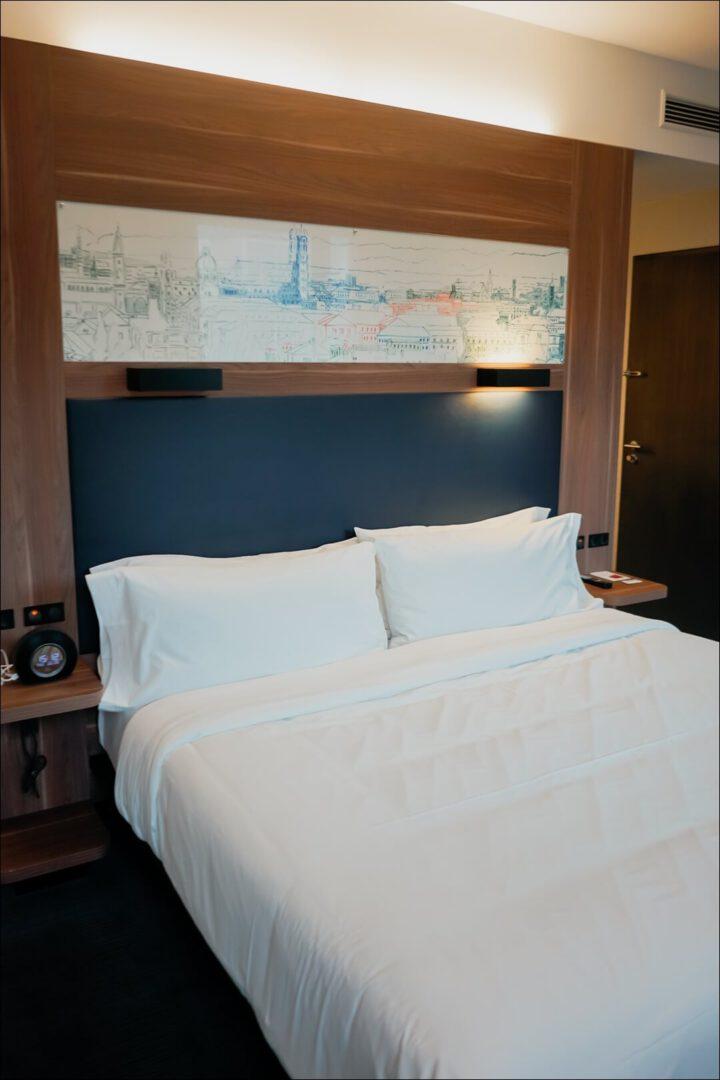 großes Doppelbett im Aloft München