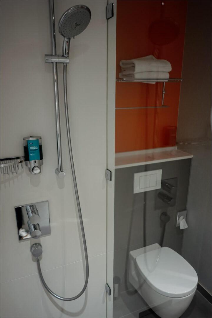 Dusche und WC im Aloft Hotel München