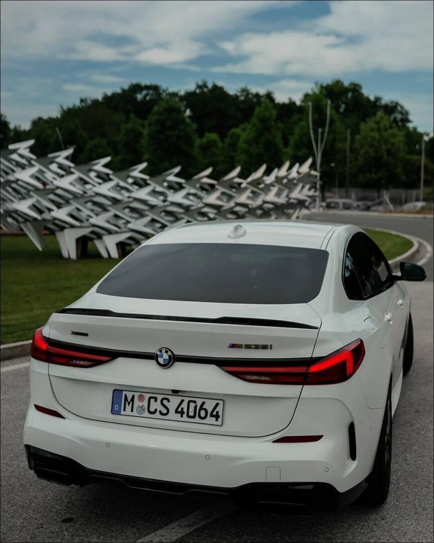 Heckansicht mit Tagfahrlicht des BMW M235i